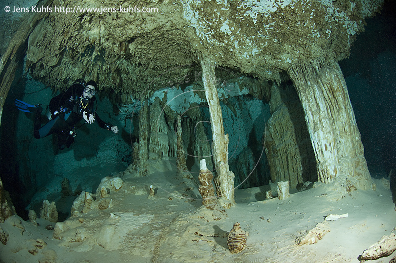 Mexico Cenote https://www.gettyimages.de/detail/foto/aktun-ha-cenote-with-scuba-diver-mexico-stock-fotografie/107165958